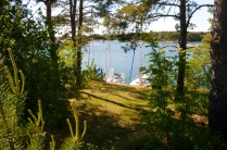 ...liegt in einer wunderschönen geschützten Bucht...
