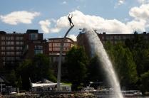 Die Skulptur begrüßt jeden, der auf dem Wasser anreist
