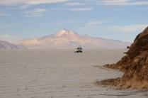 Salar de Uyuni, Vulkan im Hintergrund
