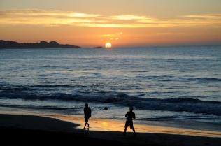 Schöner Sonnenuntergang an schönem Strand