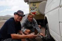 Die Männer schrauben gerne an unserem Auto rum