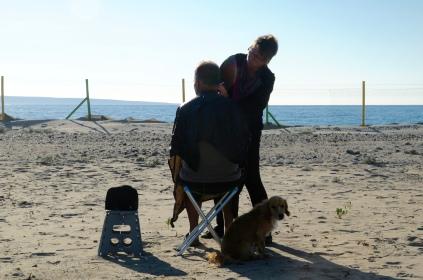 Haarschneiden am Strand