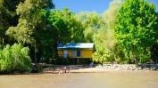 Häuschen am Fluß mit eigenem Strand