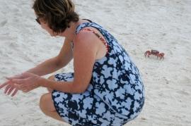 Moni zwischen roten Krabben
