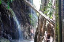 Süßwasserdusche unterm Wasserfall