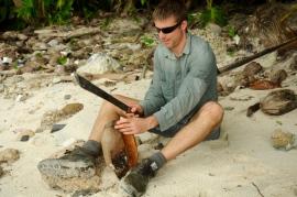 Brendan knackt Kokosnüsse für uns mit der Machete.