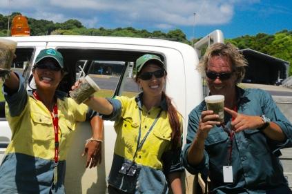 Das Team (Karina, Renata, Andi) mit der Ernte