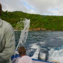 Der Andi schöpft das Wasser aus dem Boot.