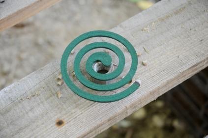 Wir dürfen bei dieser Arbeit keine Mückenenschutzmittel benutzen. Diese Räucherspiralen helfen leider auch nur wenig.