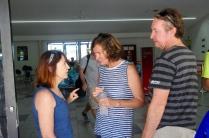 Julie, Moni und Rob, die uns letzte Tips für Bali geben.