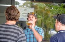 Dion geniesst ein letztes Corona am Flughafen. Nach zehn Jahren verläßt er die Insel Richtung Australien.
