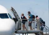 Dion mit seiner Freundin besteigen den Flieger nach Perth. Es gab Tränen...