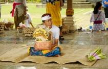Ein Junge wartet auf den Beginn der Zeremonie