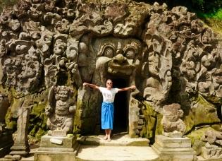 Tempel Goa Gajah - Andi vor der Elefantenhöhle