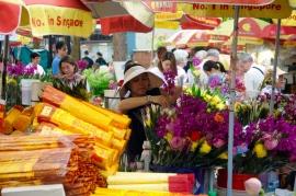 Verkauf von Blumen und Räucherstäbchen am Tempel.