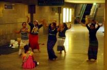 In dieser Station trifft man sich am Sonntag zum Tanz...