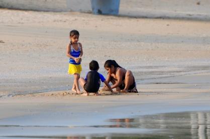 Die Kinder genießen die Stunden vor Sonnenuntergang...