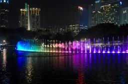 Bunte Wasserspiele mit Musik bei den Petronas Towers