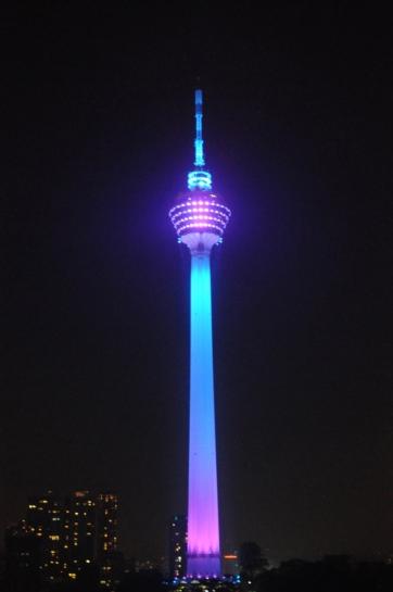Des Nachts blinkt und leuchtet der KL-Tower in allen Farben in unser Schlafzimmer im 28. Stock.