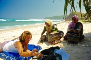 Die Strandverkäuferinnen versuchen ihr Glück - vergeblich